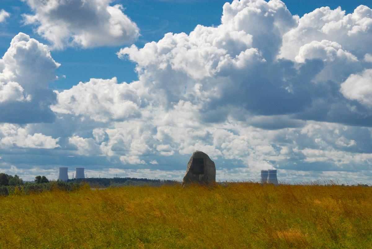 Камень в память русским художникам. Автор фото: Вячеслав Степанов