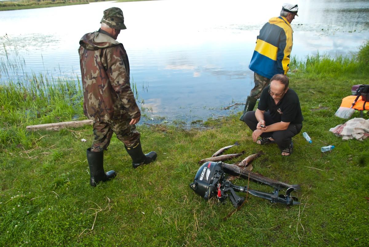 Игорь сравнивает щуку и мотор. Автор фото: Вячеслав Степанов